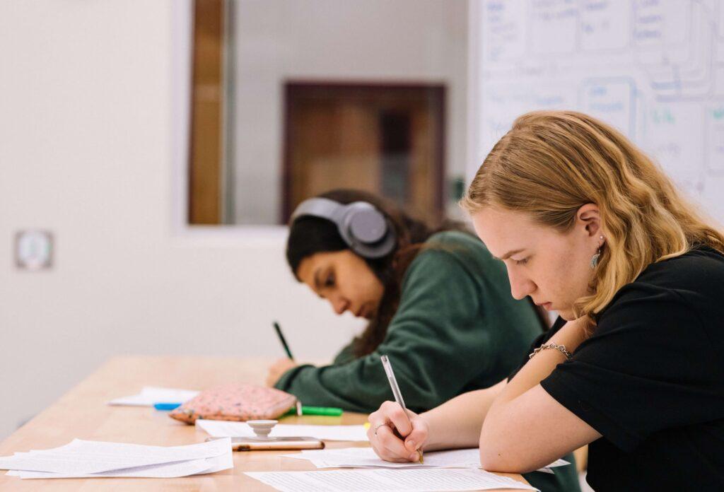 twee scholieren maken huiswerk