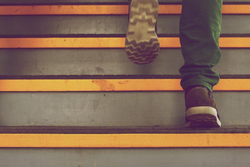 afbeelding van iemand die een trap oploopt